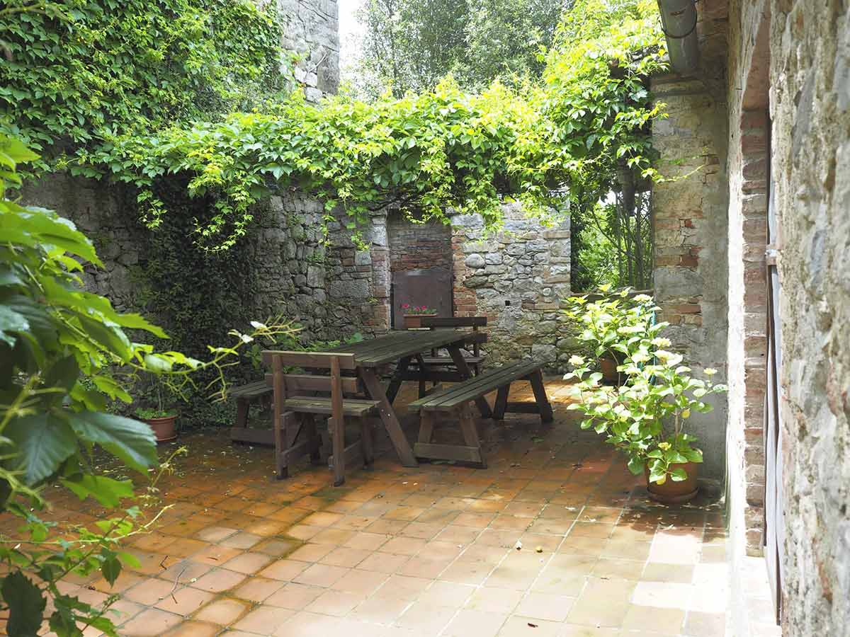 Casa da Guardia external photo: Outdoor table to admire the Tuscan landscape in the villa.